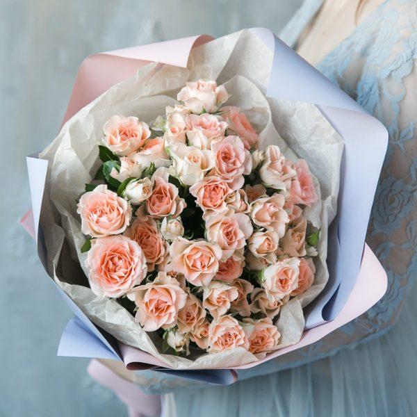 букет-9-веток-кустовой-розы-девушка