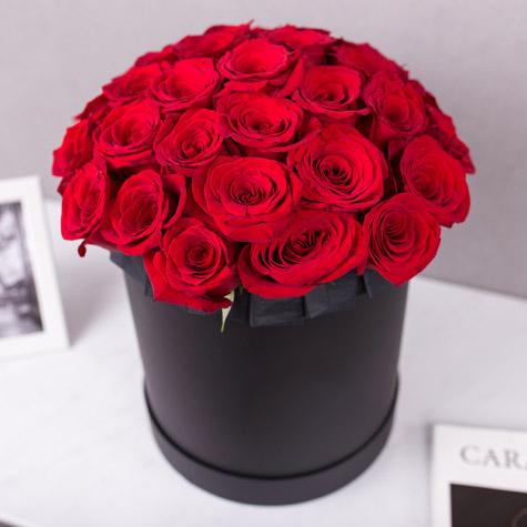 большая-черная-шляпная-коробка-красные-розы