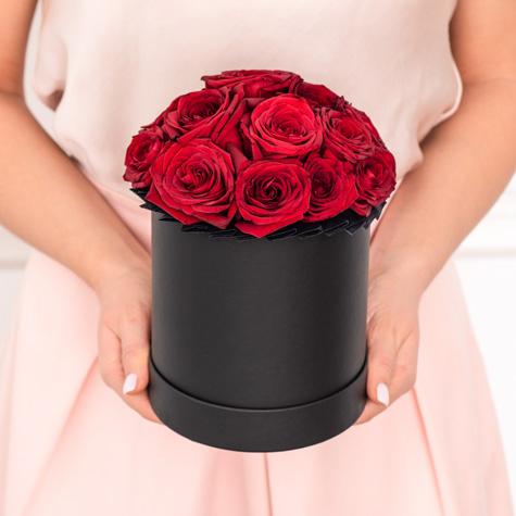малая-черная-шляпная-коробка-красные-розы