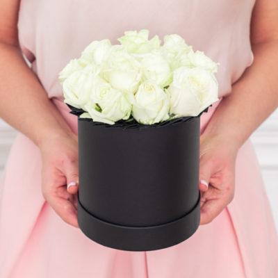 малая-черная-шляпная-коробка-белые-розы
