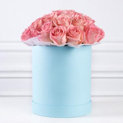 большая-голубая-шляпная-коробка-розовые-розы