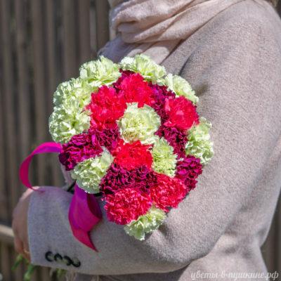 букет-25-гвоздик-ярких-цветов-сбоку