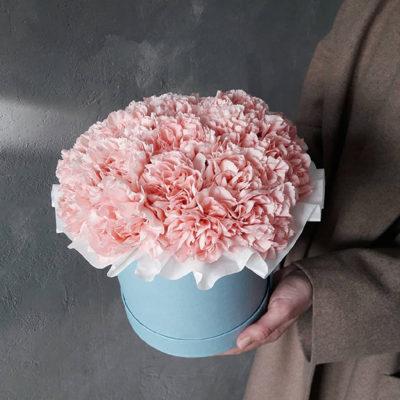 большая-шляпная-коробка-розовые-гвоздики