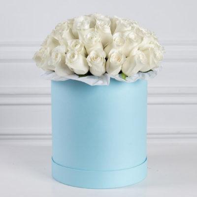большая-голубая-шляпная-коробка-белые-розы