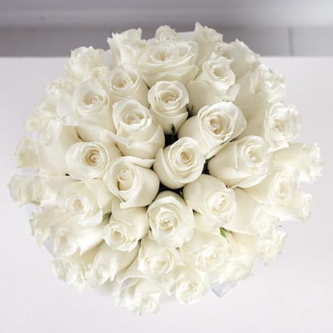 белые-розы-в-большой-коробке